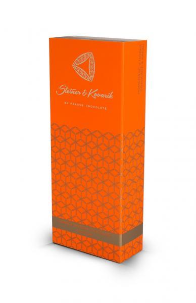 Steiner&Kovarik kandierte Orangen in Bitterschokolade und kakao Früchte in schokolade Stellen Sie sich den erfrischenden Geschmack kandierter Orangen vor, umhüllt in feinster Zartbitter Schokolade und anschließend bestäubt mit Kakao. Diese Süßigkeit zeichnet sich mit dem typischen, leicht bitteren Geschmack des zart schmelzenden Kakaos, Vanille und 60% Schokolade aus, verfeinert durch die erfrischende Zitrusnote der Orangen. Probieren Sie die unwiderstehlich saftige Köstlichkeit und gönnen sie sich eine neue Ladung Vitamine und Energie.