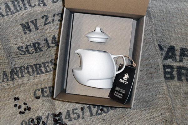 EMPOT-S BOX Kaffeezubereiter – der vollwertige Kaffeezubereiter aus hochwertigem Porzellan inländischer Produktion präsentiert in einer transportsicheren, ökologischen Geschenkbox. Die Zubereitung von 2-3 Tassen Kaffee ohne jegliche Hilfsmittel ist ideal für den Singlehaushalt aber auch für perfekten Genuss im Büro.