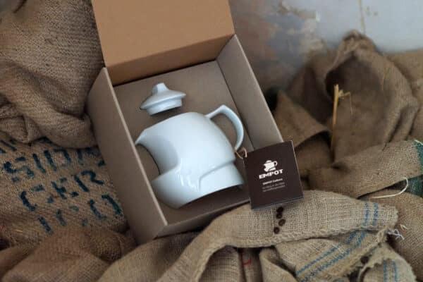 Empot Die große Variante des vollwertigen Kaffeezubereiters aus hochwertigem Porzellan für 4 Tassen Kaffee präsentiert in einer transportsicheren, ökologischen Geschenkbox.